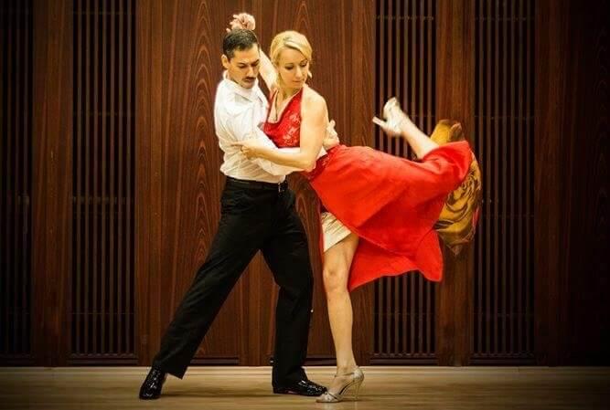 Un artista de tango viajando por el mundo