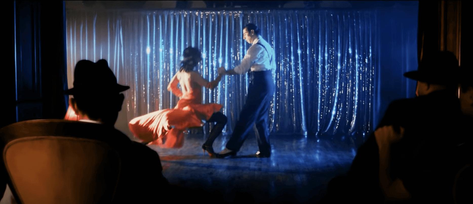 Tangót táncolnak egy Tankcsapdás videóban.